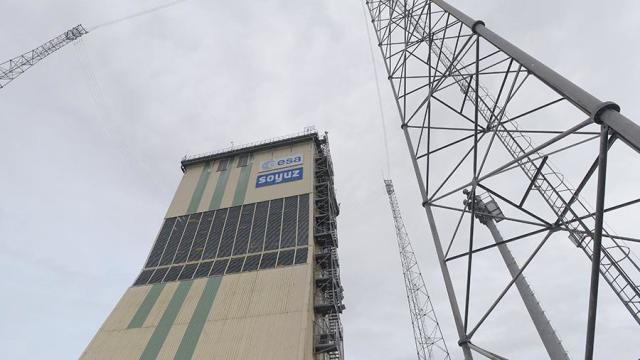 """Мобильная башня обслуживания с ракетой-носителем """"Союз-СТ"""" на стартовом столе космодрома Куру во Французской Гвиане"""