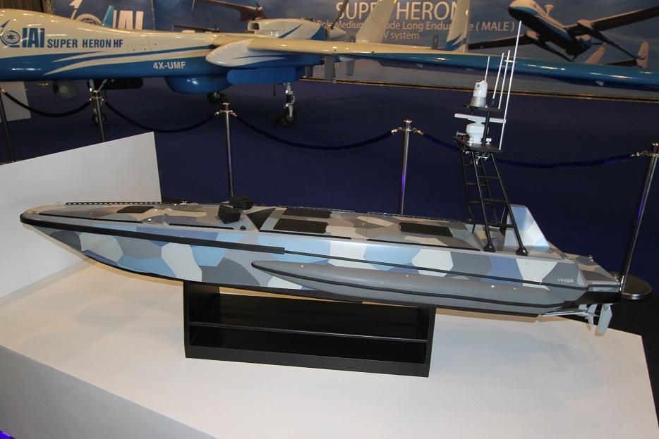 Модель безэкипажного катера Katana разработки концерна IAI стала единственным образом представленных на выставке морских систем. Длина катера составляет около 12 м, масса - до 6500 кг. На борту устанавливаются оптикоэлектронные системы наблюдения, работающие в круглосуточном режиме, РЛС, а также системы вооружения. Ришон ле-Цион (Израиль), 18.09.2017.