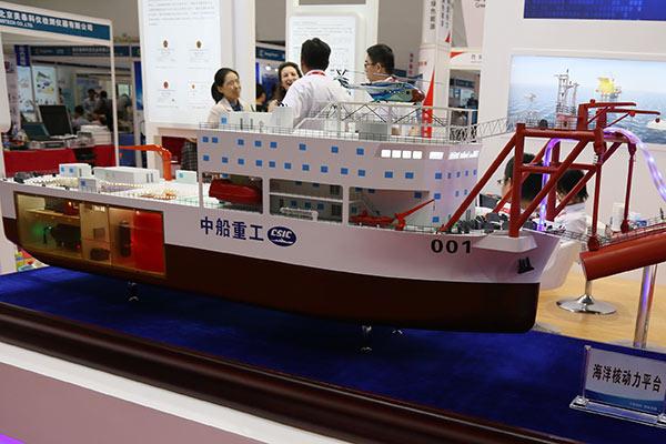 Модель проектируемой первой китайской плавучей атомной электростанции, представленная государственной судостроительной корпорацией China Shipbuilding Industry Corporation (CSIC) в 2017 году на промышленной выставке в Пекине.