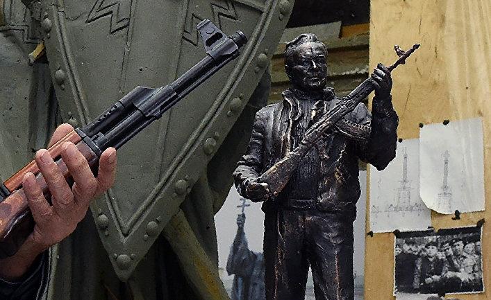 Модель памятника Михаилу Калашникову российского скульптора Салавата Щербакова в Москве.