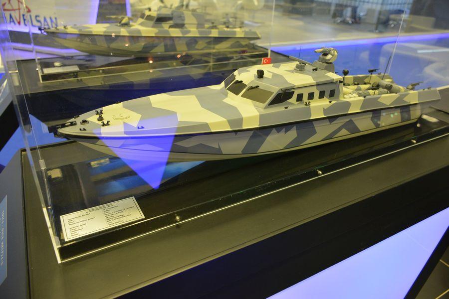 Модель скоростного катера проекта MRTP 24/U турецкой компании Yonca Onuk в варианте для обеспечения действий сил специального назначения в экспозиции выставки DIMDEX-2018 в Дохе (Катар).