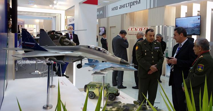 """Модели самолетов МиГ-29М2 и Як-130 на стенде """"Рособоронэкспорта""""."""