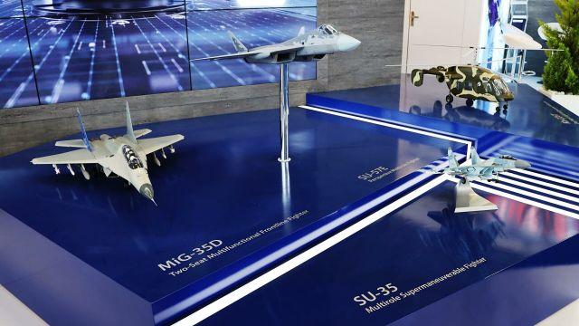 """Модели самолетов, МиГ-35Д, Су-57Э и Су-35 на стенде """"Рособоронэкспорта"""" на международной выставке Aero India 2021"""