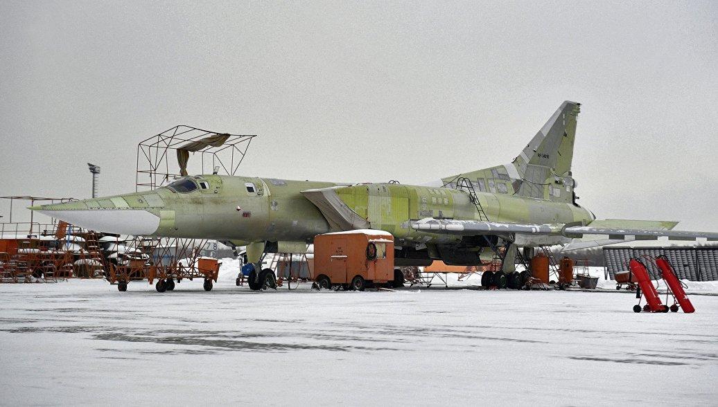 Модернизируемый стратегический ракетоносец Ту-22 М3 на территории Казанского авиационного завода. Архивное фото.
