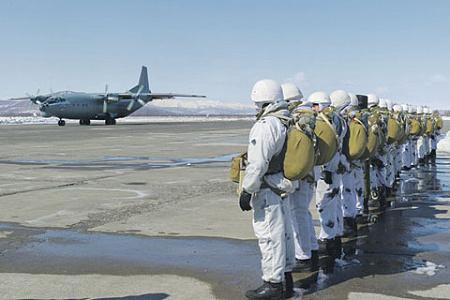 Морпехи Тихоокеанского флота готовятся к погрузке в Ан-12БК для выполнения учебно-тренировочных прыжков с парашютом. Фото с сайта www.mil.ru