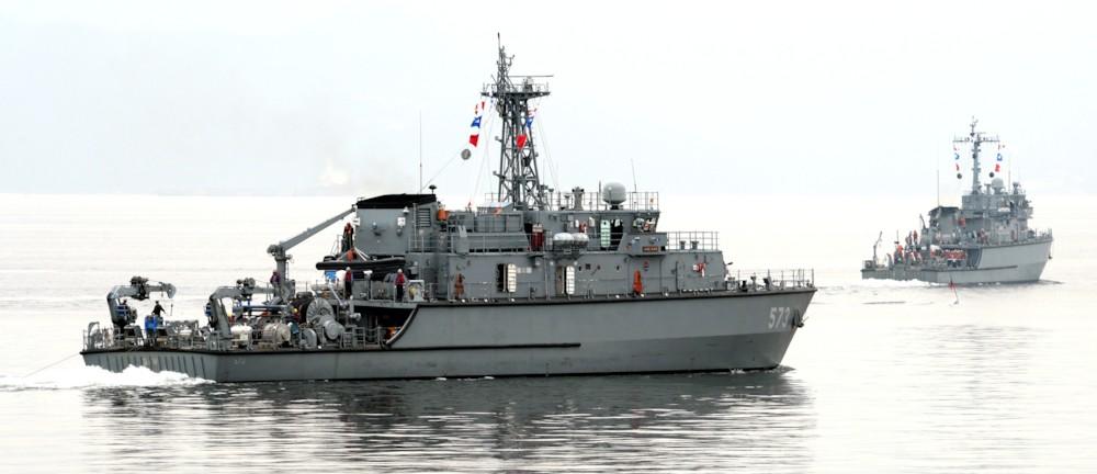 Морские тральщики-искатели мин типа Yangyang ВМС Южной Кореи (на переднем плане MSH 573 Haenam) постройки корпорации Kangnam Corporation.