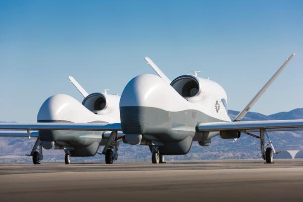 Беспилотные летательные аппараты Northrop Grumman MQ-4C Triton на базе в Палмдейле, Калифорния, май 2013