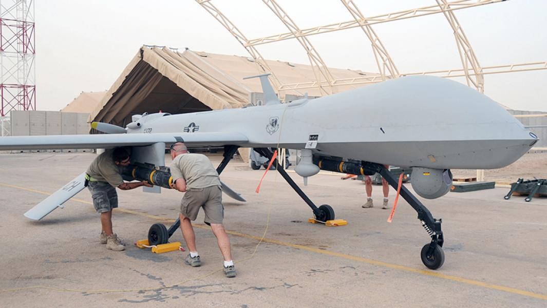 Механики устанавливают ракеты Hellfire на беспилотный летательный аппаратMQ-1B Predator.