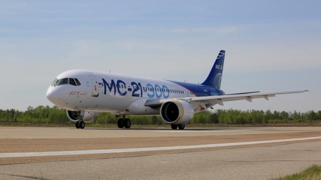 Самолет МС-21-300-0001 готовится к началу летных испытаний в летно-испытательном подразделении Иркутского авиационного завода.