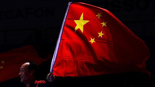 Мужчина с флагом Китая.
