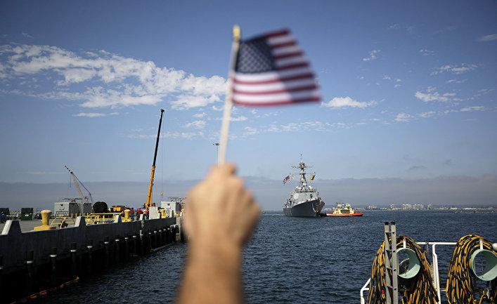 Мужчина встречает эскадренный миноносец USS Dewey во время прибытия на военно-морскую базу Сан-Диего.