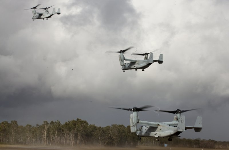 Три конвертоплана MV-22B Osprey 256-ой усиленной морской средней эскадрильи конвертопланов, 31-го экспедиционного отряда морской пехоты взлетают с аэродрома Сэмюэл Хилл на полигоне Shoalwater Bay 16-го июля 2013-го года.