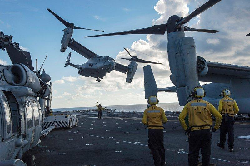 Южно-Китайское море (24-е августа 2014-го года). Конвертоплан MV-22 Osprey, приписанный к 163-й усиленной средней морской эскадрильи конвертопланов, осуществляет взлет с полетной палубы десантного корабля USS Makin Island (LHD 8). (Фото специалиста 2-го класса по массовым коммуникациям Кристофера Линдала (Christopher Lindahl), ВМС США).