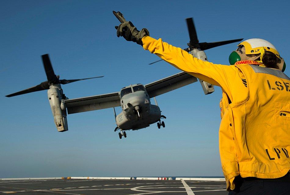 Тихий океан (23-е апреля 2013-го года). Взлет конвертоплана MV-22 Osprey с полетной палубы корабля-дока Анкоридж (LPD 23).