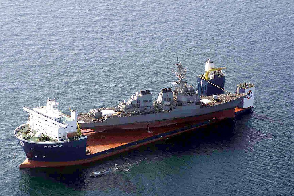 Эсминец USS Cole на борту судна M/V Blue Marlin.