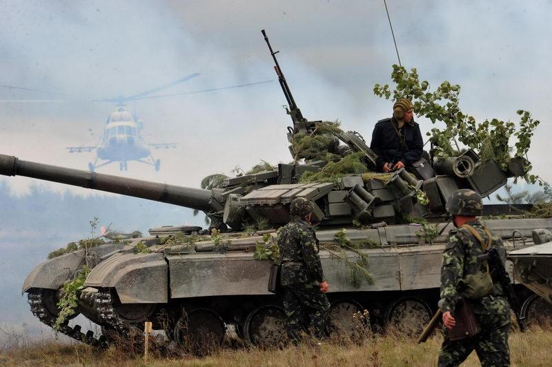 """Украинский основной боевой танк Т-64БМ """"Булат"""" на учениях."""