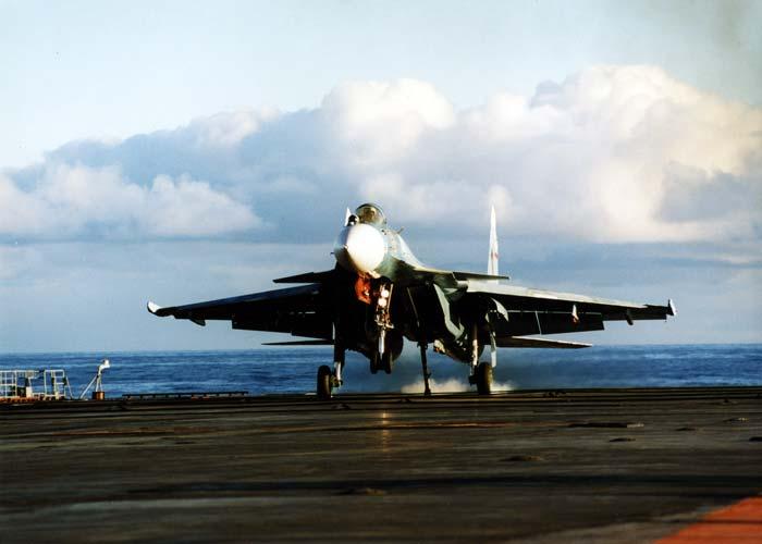 Су-33 - посадка на палубу авианосца. Источник: www.sudmash.ru.