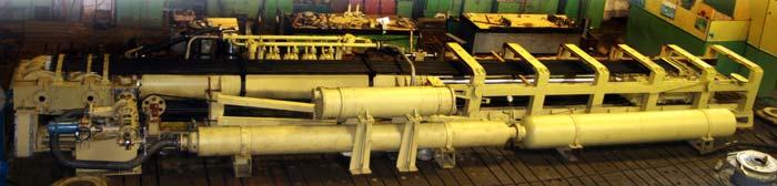 вид тормозных цилиндров и механизмов аэрофинишёра<br>http://www.sudmash.ru/img/idb/arresting_gears/ag_2.jpg.