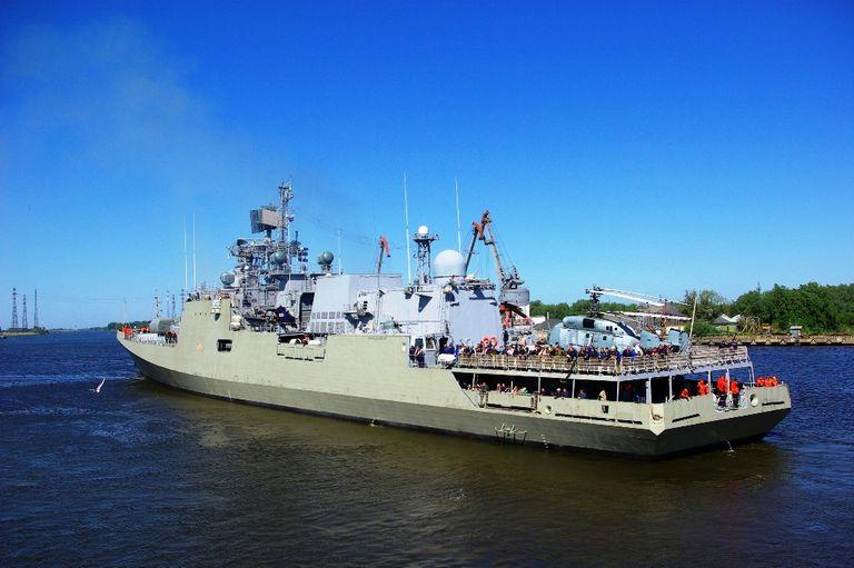 Фрегат F 46 Tarkash (заводской номер 01355), построенный для ВМС Индии, проходит Калининградским морским каналом на сдаточную базу ОАО &quot;ПСЗ &quot;Янтарь&quot; в Балтийск. 24.05.2012 (с) Curious//forums.airbase.ru<br>http://bmpd.livejournal.com/238966.html.
