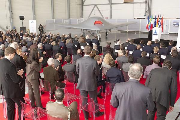 Фото с официальной презентации БЛА nEUROn представителям стран-участниц программы. Источник: www.dassault-aviation.com.