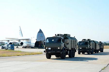 """На фото прибытие частей комплекса С-400 """"Триумф"""" в Турцию. Фото TURKISH NATIONAL DEFENSE MINISTRY / HANDOUT/Anadolu Agency via Getty Images"""