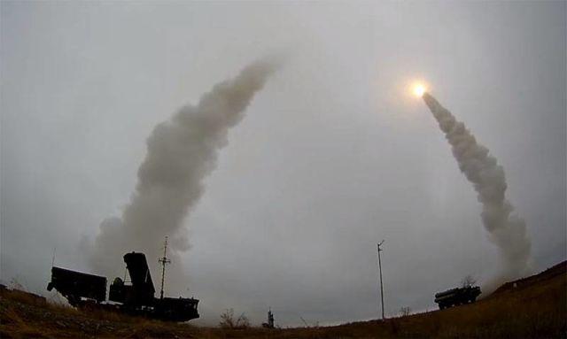 На фото - применение ЗРК С-400