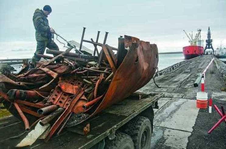 На побережье Арктики находят не только брошенные бочки, но и остатки техники – детали тракторов, вездеходов, автомобилей.