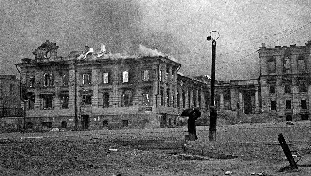 На вокзальной площади Сталинграда во время налёта немецкой авиации. Архивное фото.