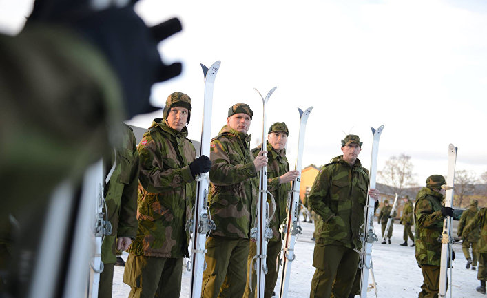 Национальная гвардия Миннесоты в норвежской форме осваивает лыжи в лагере Вэрнес, Норвегия.