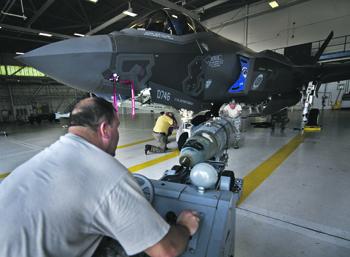 НАТО ведет подготовку пилотов неядерных государств к применению атомных бомб. Фото с сайта www.af.mil