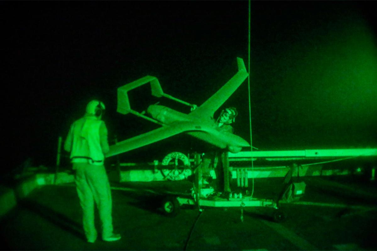 Чтобы перейти от применяемых беспилотных систем ВМФ к системам, которые потребуются ВМС и Корпусу в будущем, необходимо переосмыслить как роль этих систем, так и процессы, связанные с их приобретением. (Фото: Лэнса Кпл, Джереми Лабой / морская пехота США).
