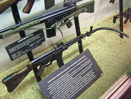 Немецкая винтовка STG44 позволяет стрелять из-за угла. Фото Джо Лунга