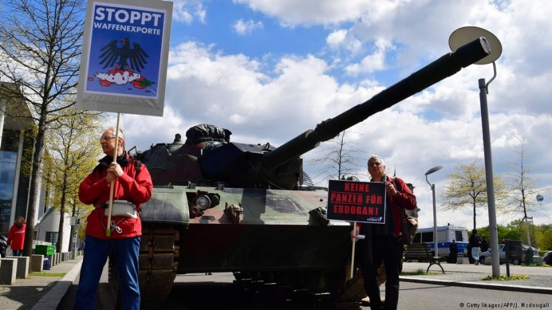 Немецкие активисты выступают против экспорта германских вооружений в Турцию <br>