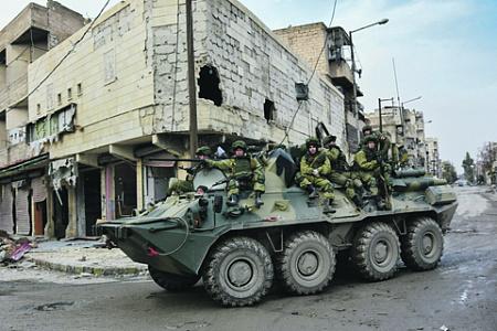 Несмотря на возросшую огневую мощь, БМП и БТР остаются уязвимыми для противотанковых средств. Фото с сайта www.mil.ru