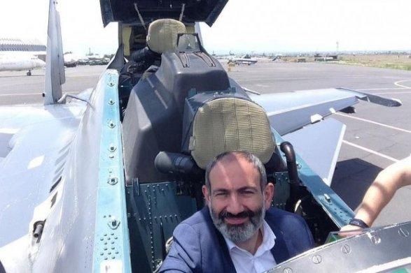 Никол Пашинян в кабине многофункционального российского истребителя Су-30СМ.