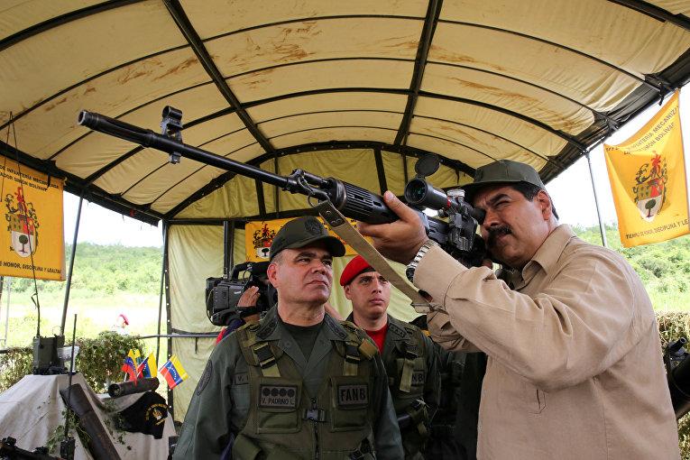 14 января 2017. Президент Венесуэлы Николас Мадуро принимает участие в военных учениях в Чаральяве, Венесуэла.