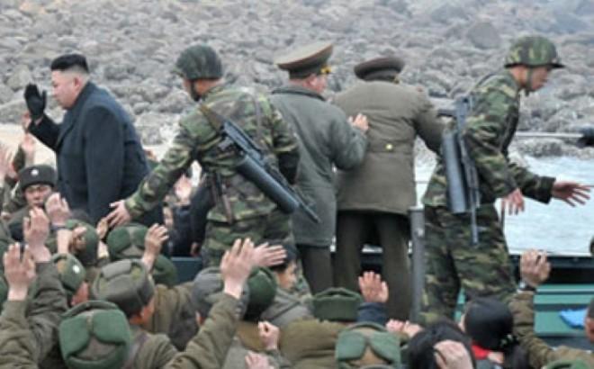Северокорейские военнослужащие, вооруженны автоматами Type 88, Type 98 или Type 98-1, разработанными китайской компанией Norinco на базе российских автоматов АК-74. Фото: TFB.