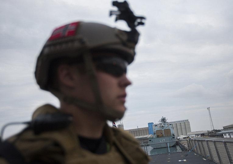 2 января 2014. Солдат на палубе норвежского фрегата «Хельге Ингстад» на острове Кипр в ожидании отправки в Сирию.