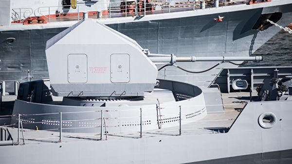 """Носовая 100-миллиметровая артиллерииская установка на фрегате """"Адмирал Макаров"""""""