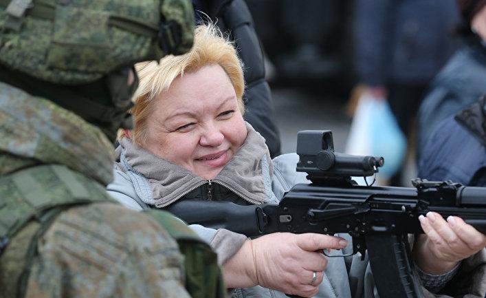 Посетительница на выставке современной техники и вооружения Балтийского флота в Калининграде, которая проходит в рамках празднования Дня ракетных войск и артиллерии.