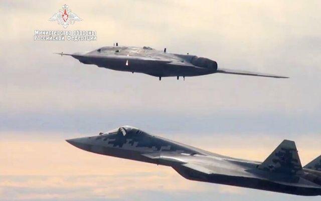 """Новейший ударный беспилотник """"Охотник"""" во время первого совместного полета с истребителем Су-57"""