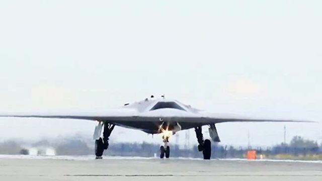 """Новейший ударный беспилотник """"Охотник"""" во время первого совместного полета с Су-57"""