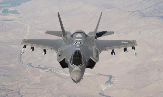 Новейший истребитель-бомбардировщик F-35A.