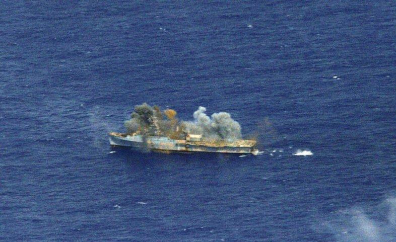 Удар ракетой NSM (Naval Strike Missile) производства норвежской компании Kongsberg по списанному американскому десантному кораблю-танкеру USS Ogden (LPD 5) класса Newport.