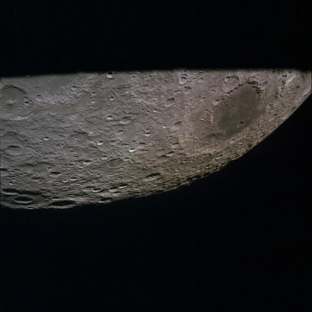 Обратная сторона Луны в иллюминаторе космического корабля «Apollo 13», 14 апреля 1970 года; тёмное пятно — Море Москвы (Mare Moscoviense)