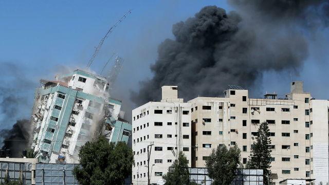 Обрушение здания в Газе, где располагались офисы международных СМИ
