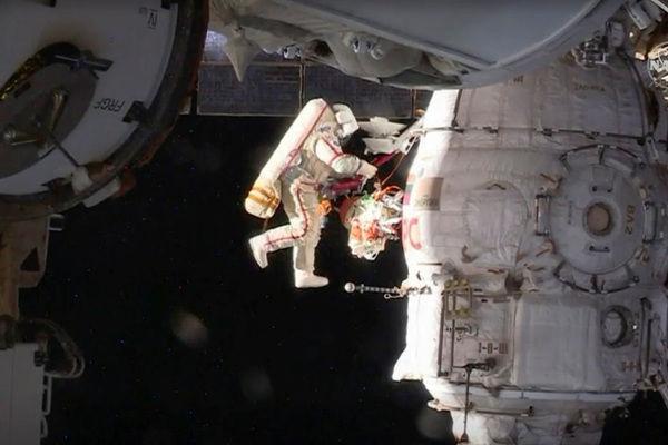 """Обследование отверстия в корабле """"Союз МС-09"""""""
