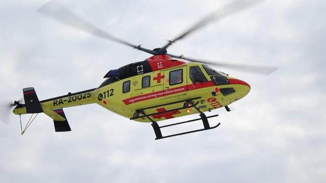 """Один из четырех первых полученных в 2019 году АО """"Национальная служба санитарной авиации"""" (НССА) легких вертолетов """"Ансат"""" в санитарном исполнении (серийный номер 33099, регистрационный номер RA-20025), декабрь 2020 года"""