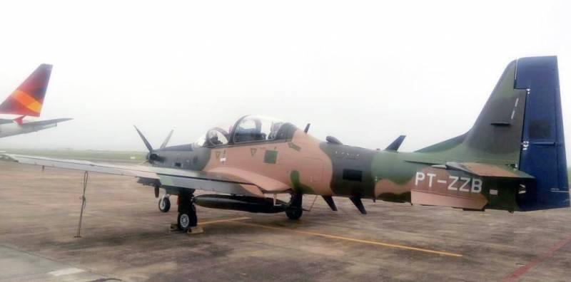 """Один из двух первых турбовинтовых учебно-боевых самолетов Embraer ЕМВ-314 (А-29В) Super Tucano, поставленных ВВС Чили по контракту 2017 года на шесть самолетов (чилийский бортовой номер """"464"""", серийный номер 31400236, временная бразильская регистрация PT-ZZB)."""