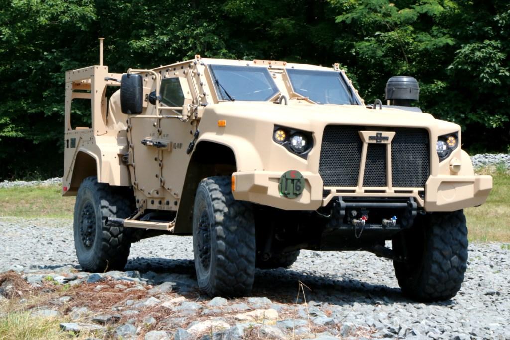 Один из первых серийных образцов американской легкой бронированной машины Oshkosh JLTV (Joint Light Tactical Vehicles) в варианте М1280 в ходе демонстрации на базе морской пехоты США в Куантико (штат Вирджиния), июнь 2017 года.